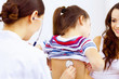 image représentant une petite fille soigné par un medecin et accompagnée par sa mère pendant un examen