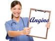 image avec une infirmière souriante et portant une pancarte où c'est marqué angine en bleu