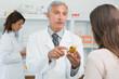 Photo d'un pharmacien qui conseille sa cliente une mutuelle santé pour angine poitrine
