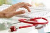 medecin avec son clavier expliquant la maldie et l'utilité de la mutuelle santé