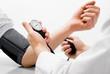 iamge avec la main d'un patient et celle d'un medecin lors de la prise de tension