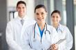 photo d'une médecin souriante devant et de deux autres derrière elle