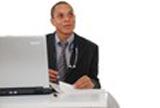 image assureur devant son ordinateur parlant des risques du cancer du col de l'utérus