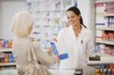 image decrivant une patiente et une pharmacienne qui fournit les médicaments
