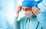 photo d'un medecin opérant et charge prise par mutuelle santé