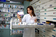 photo avec une pharmacienne lisant l'ordonnance d'un patient et lui cherchant les médicaments qui seront pris en charge par la mutuelle assurance santé