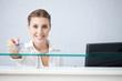 image d'une pharmacienne rendant la carte vitale et la mutuelle assurance santé à son client