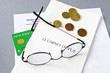 image avec une carte vitale, une ordonnance, des pièces de monnaie et des lunettes