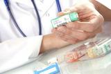 image présentant une pharmacienne donnant des médicaments remboursé par l'assurance mutuelle santé du patient