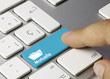 image présentant le doigt d'une personne cliquant sur une touche bleue d'un clavier blanc