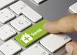 image d'aun clavier de couleur blache  où un doigt d'une personne clique sur la touche santé en vert