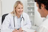 image d'une medecin souriante expliquant à son patient ce que c'est que la gastro