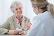 photo d'une patiente écoutant les conseils de son médecin qui se trouve en face d'elle
