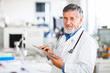 photo d'un médecin spécialiste tenant un dossier dans les mains