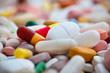 image contenant plusieurs comprimés et antibiotiques de différente taille et couleur