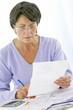 photo d'une femme en train de noter dans son dossier médical