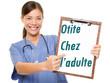 image d'une médecin souriante tenant une pancarte où c'est écrit otite chez l'adulte
