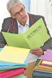 photo d'un médecin traitant des dossier de consultation de ses patients et de leurs états de santé