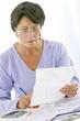 photo d'une femme notant des symptomes sur un dossier