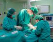image d'un groupe de trois médecins chirurgiens opérant un patient