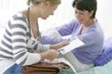 photo d'une medecin et de sa patiente lui expliquant les médicaments nécessaires pour la guérison