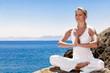 image présentant une patiente effectuant du yoga au bord d'une mer