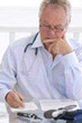 Image présentant un patient reflechissant sur les problemes de cancer de vessie et sur les prises en charge de l'assurance mutuelle santé