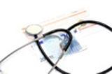 image d'un sthetoscope posée sur un billet de 20 euros et d'une fiche de soin santé