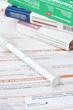 image d'une feuille de soin santé avec une seringue et des paquets de médicaments au dessus